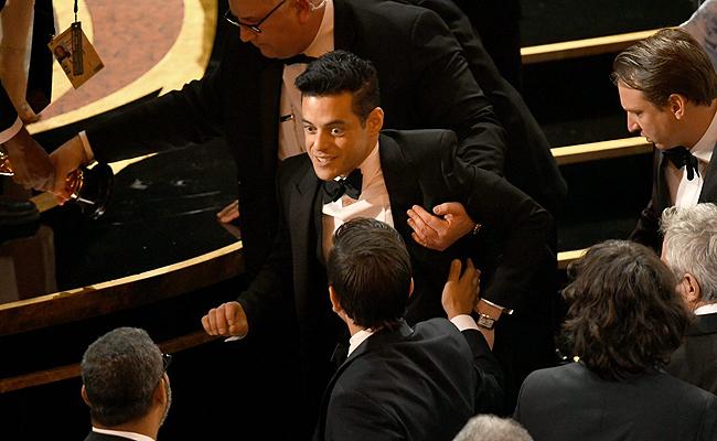 Oscars: Το ατύχημα του Rami Malek αμέσως μετά την παραλαβή του Oscar [pics]